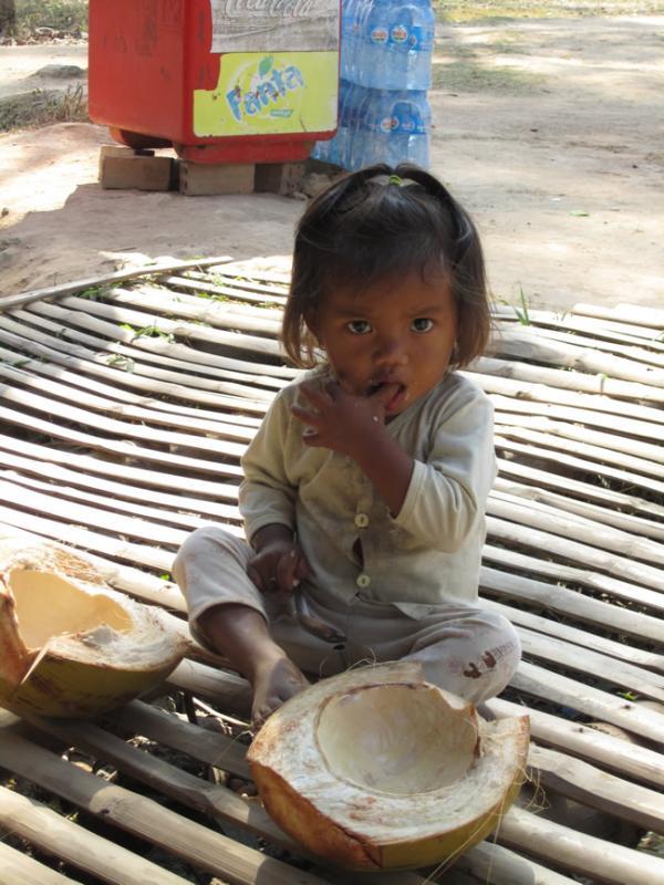 Petite cambodgienne et sa noix de coco