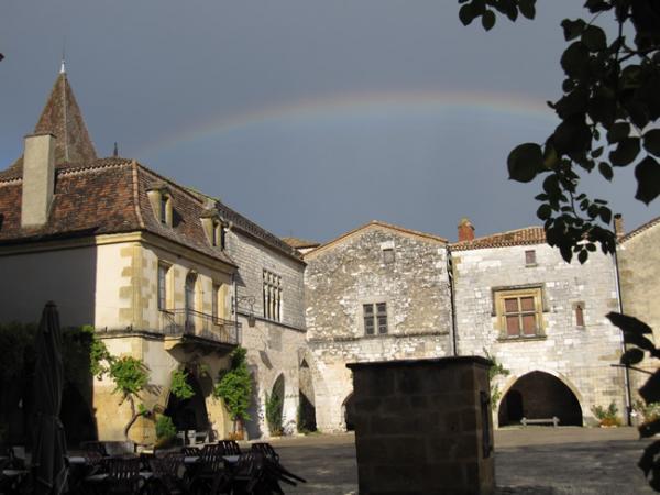 l'Arc-en-ciel d'un village médiéval