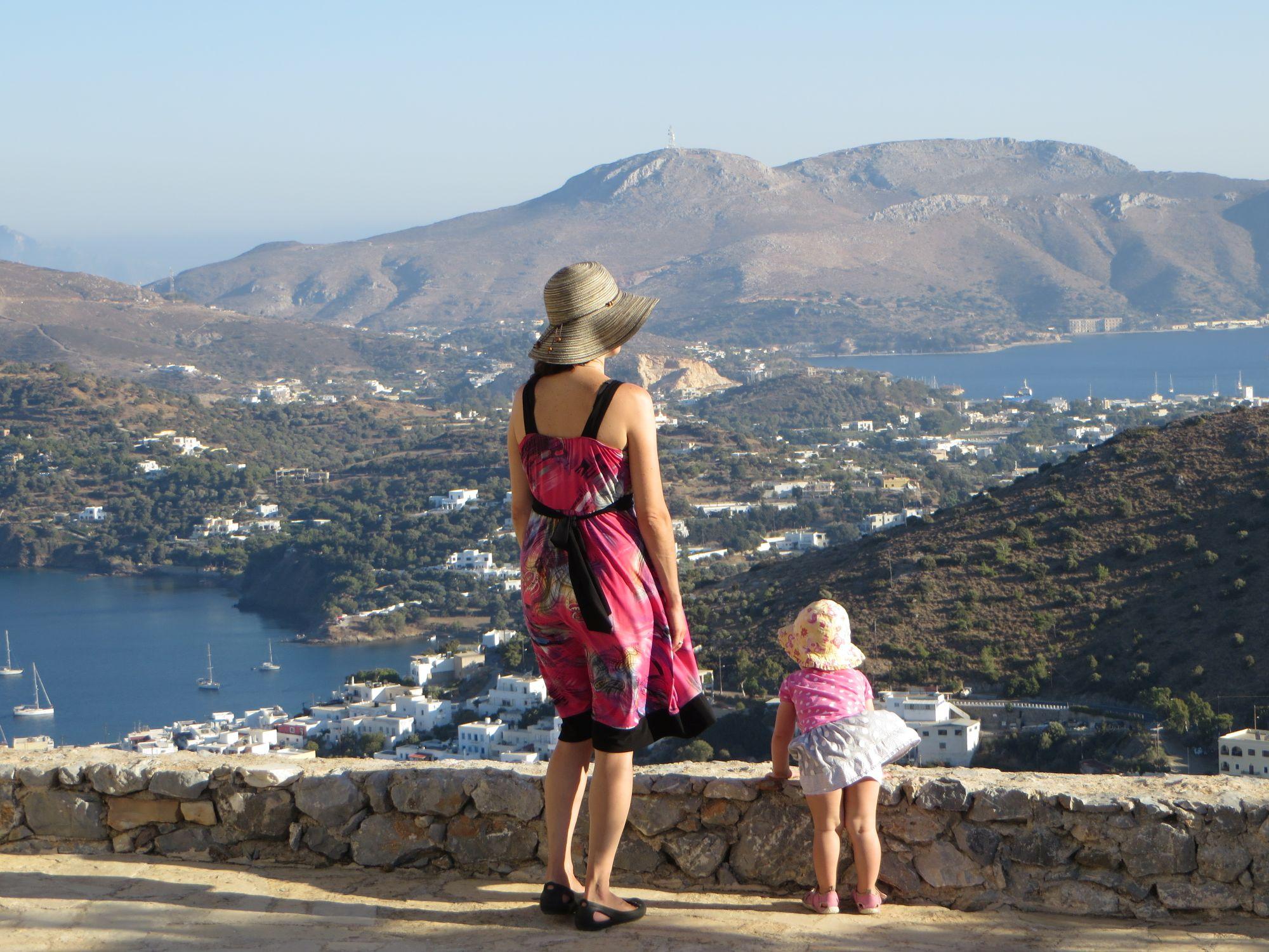 Vue de la baie d'Alinda, au sommet de la montagne du Kastro, sur l'île de Léros