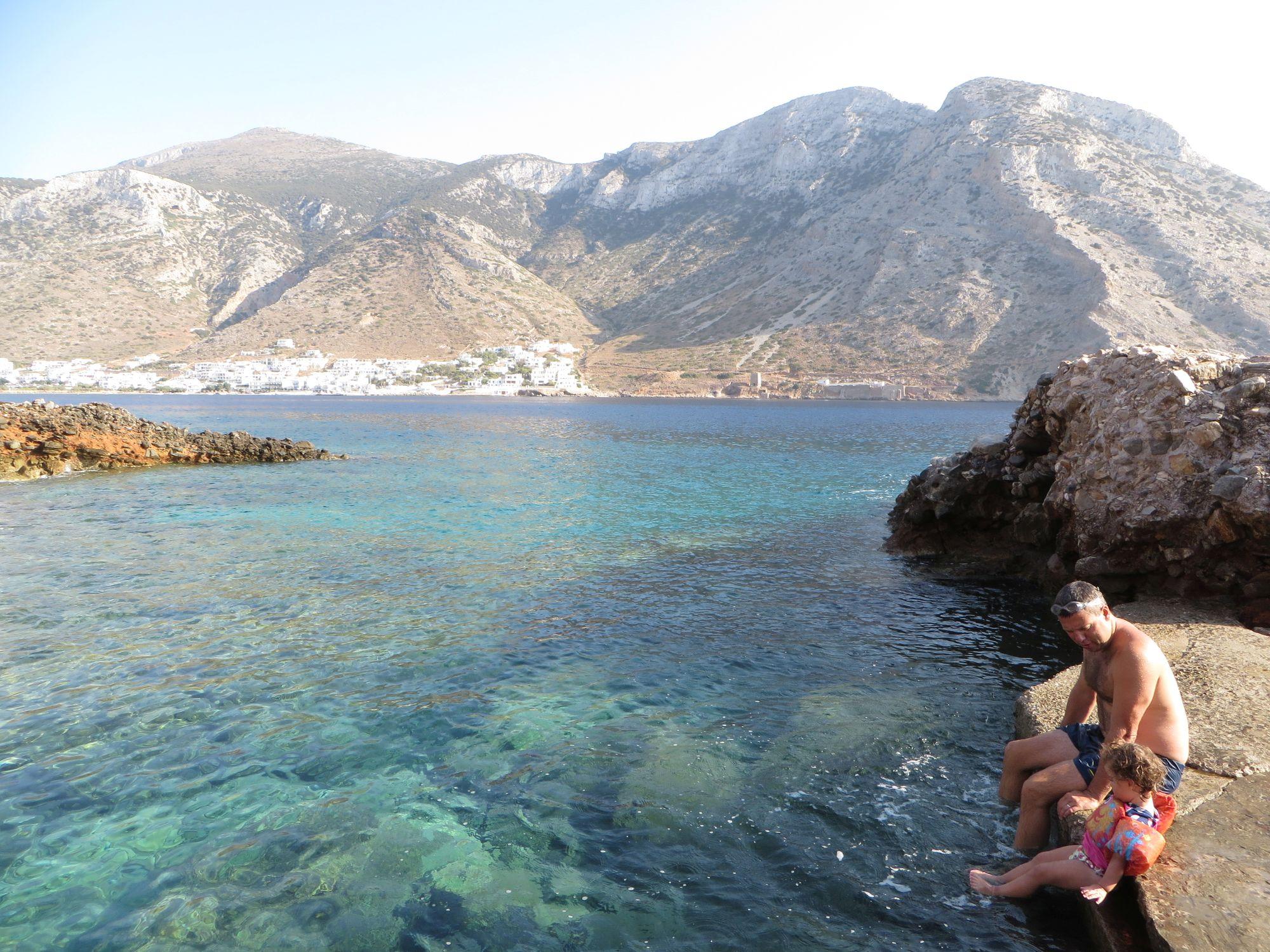 Marianne et Jean-François, les pieds dans l'eau cristalline, sur l'île de Sifnos
