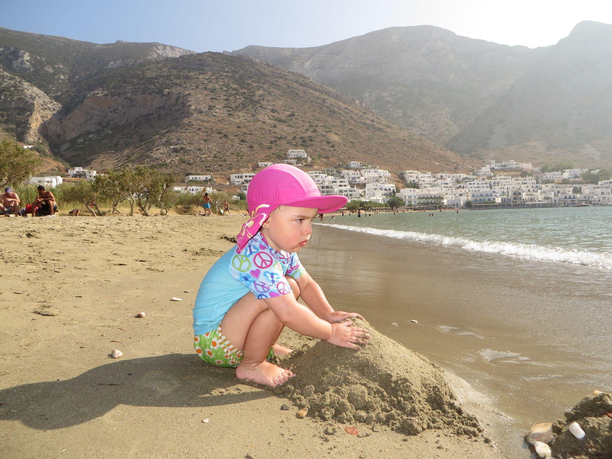 Marianne et son premier château de sable, plage de Kamarès (Sifnos)