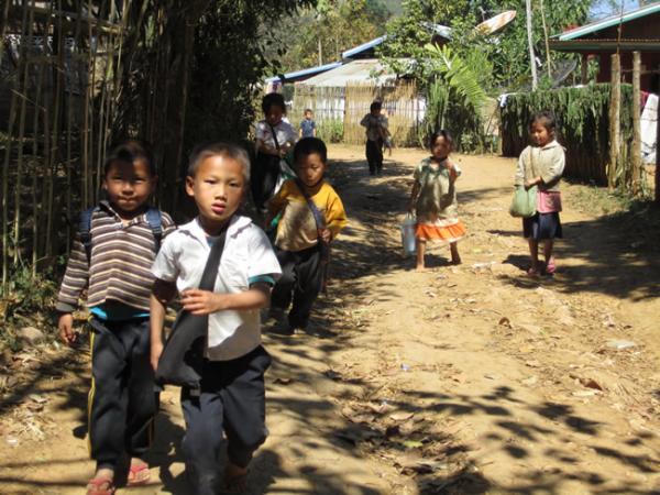 Laotiens qui rentrent de l'école