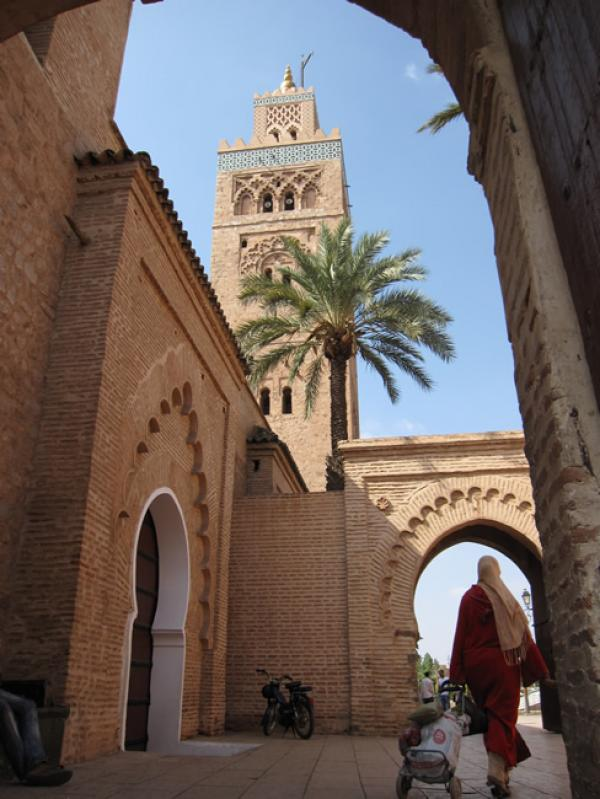 Mosquée et femme voilée à Marrakech